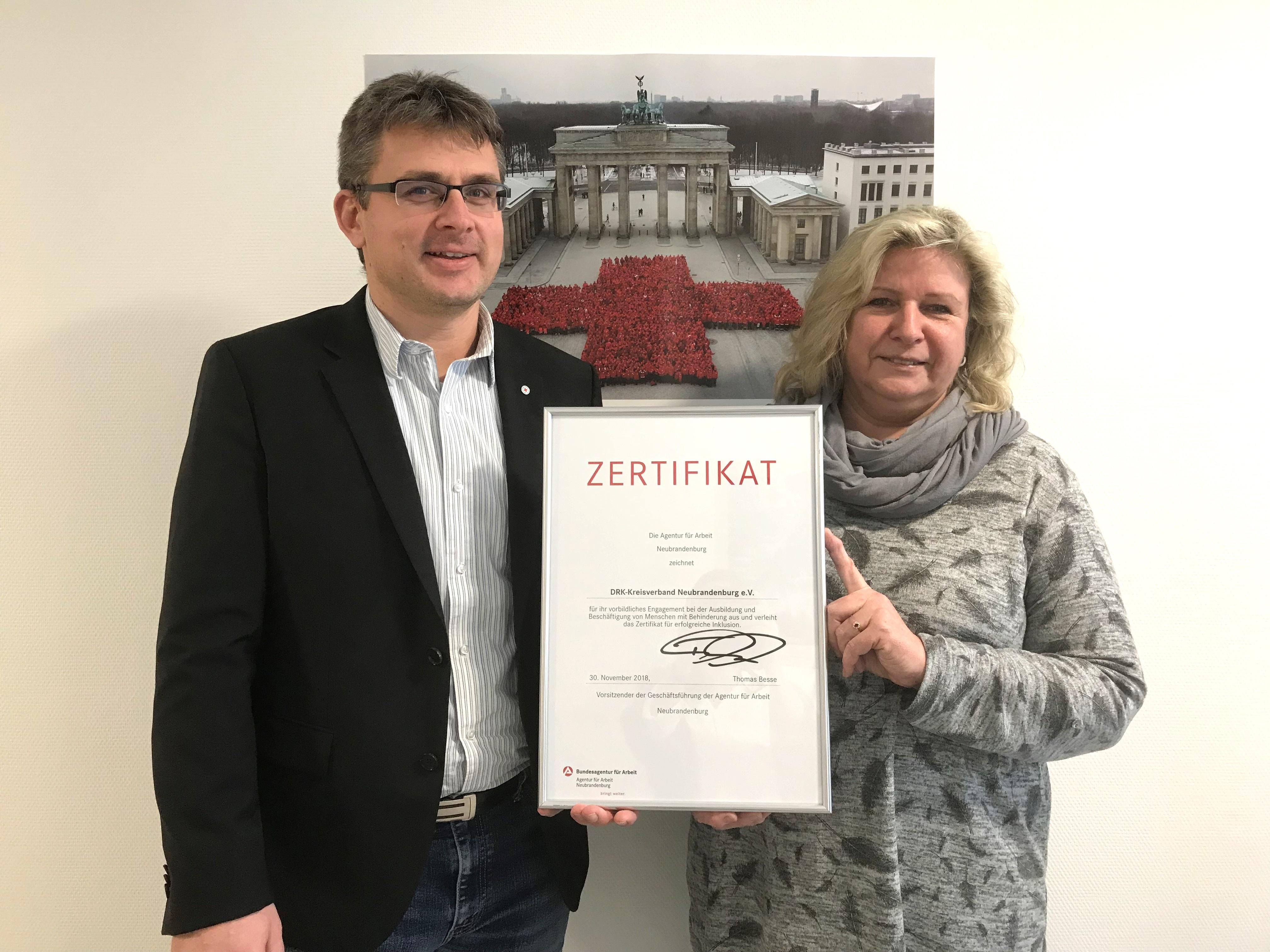 d623141d696242 ... Behinderung zeichnete die Agentur für Arbeit den DRK Kreisverband  Neubrandenburg e.V. im November 2018 aus und verlieh das Zertifikat für  erfolgreiche ...